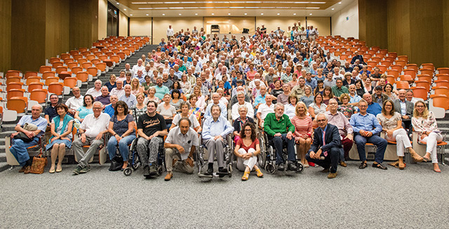 """Gruppenbild der in Basel transplantierten Patienten und Spender beim """"Walter Thalmann-Symposium"""".  Der Jubilar im grünen Hemd (vorn) sowie kniend (im Anzug) der Leiter des Transplantationszentrums, Professor Dr. Jürg Steiger."""